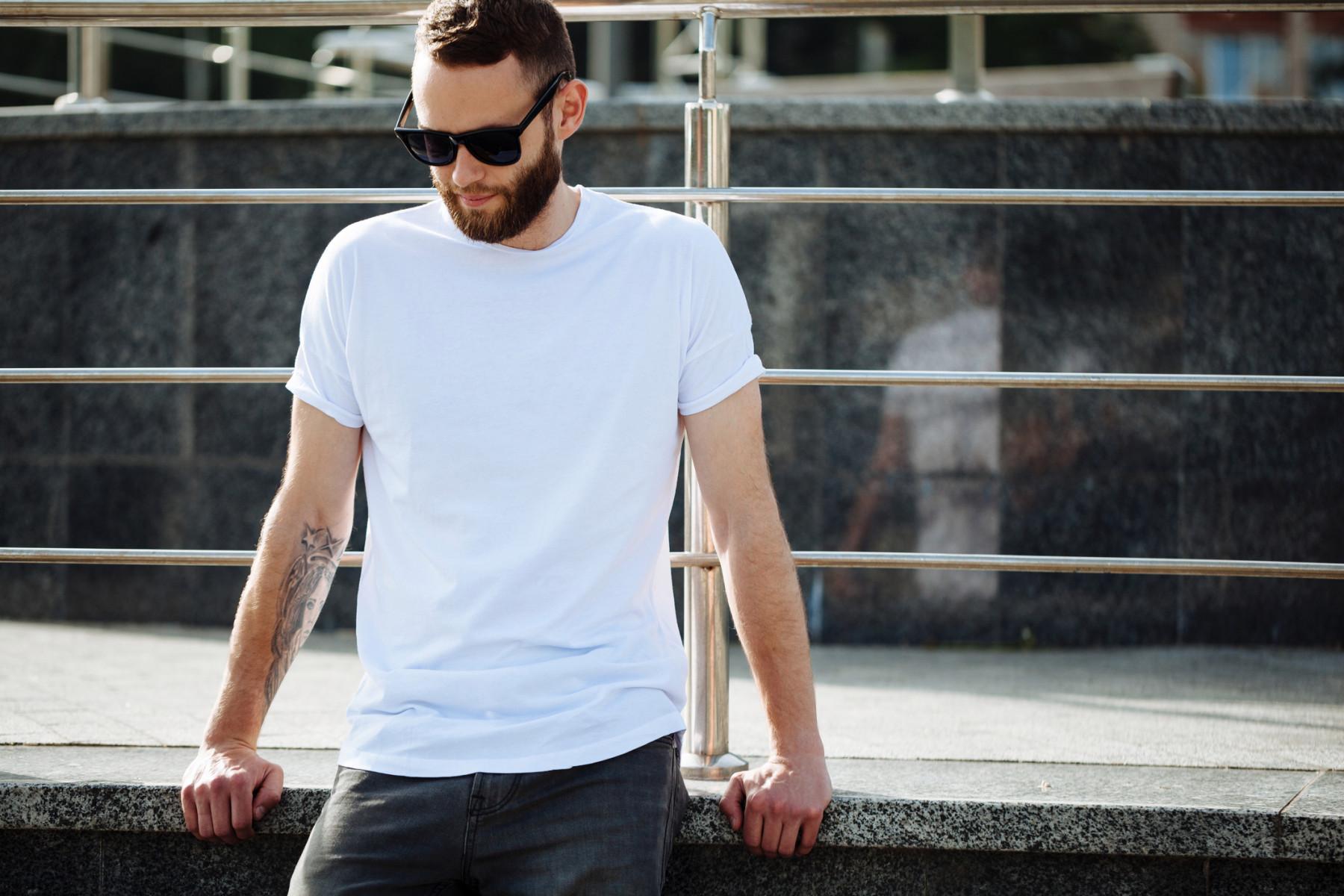 Парень в белой футболке фото