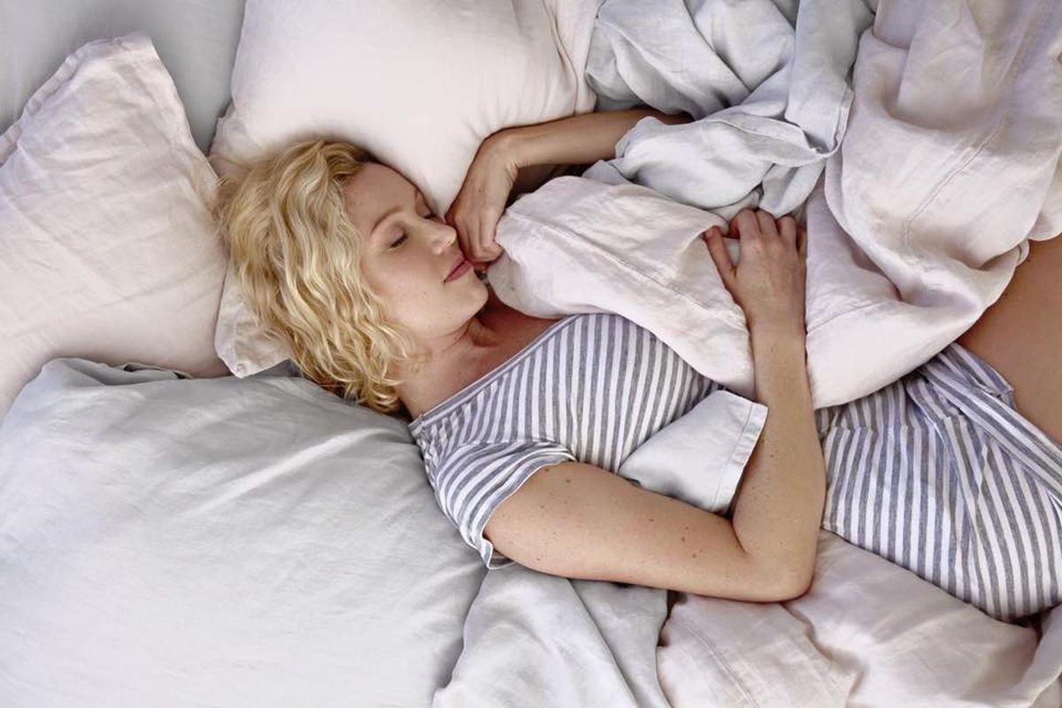Почему женщины спят в пижамах фото